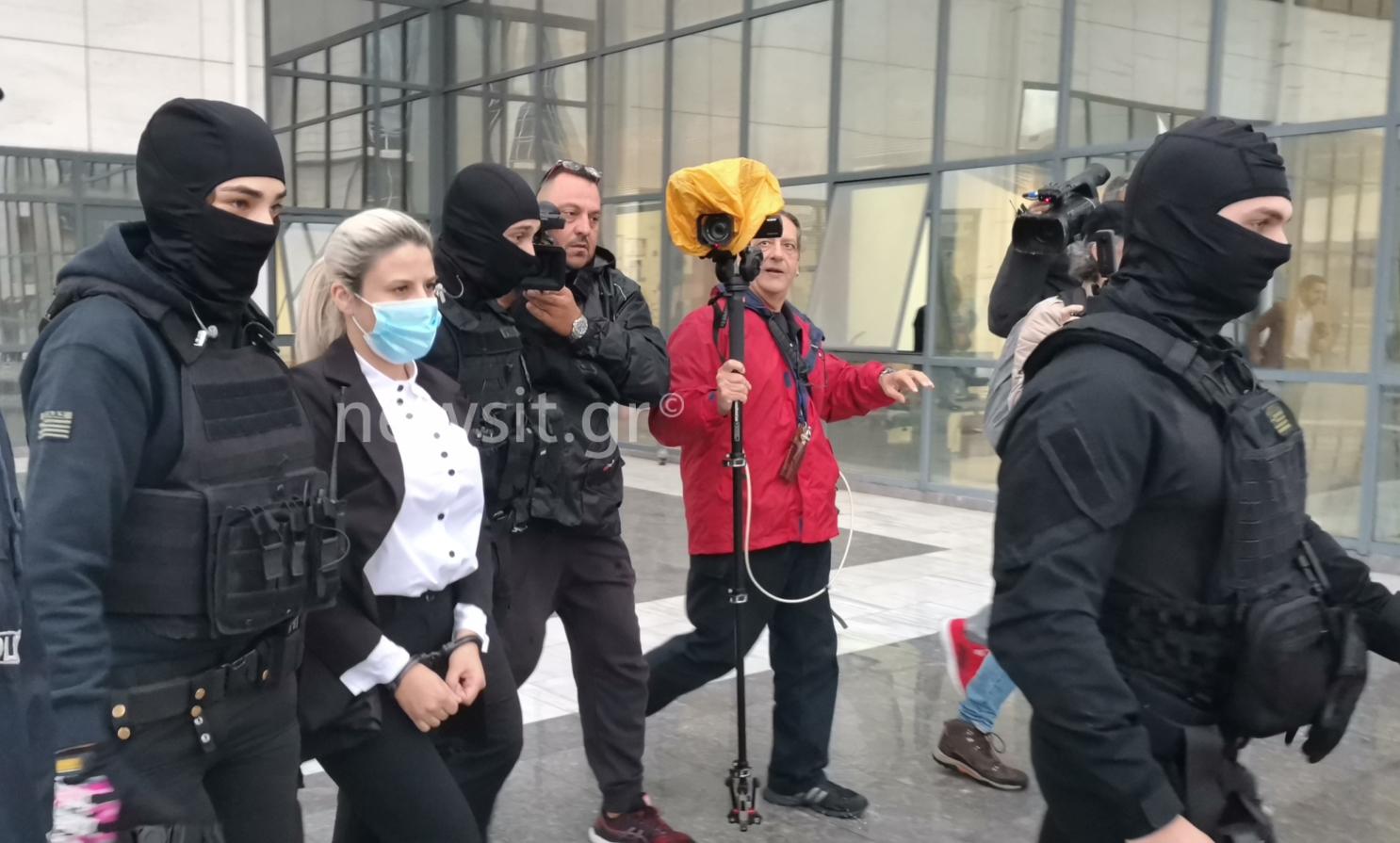Επίθεση με βιτριόλι στην Ιωάννα Παλιοσπύρου: Ανέκφραστη στο δικαστήριο η Έφη Κακαράντζουλα