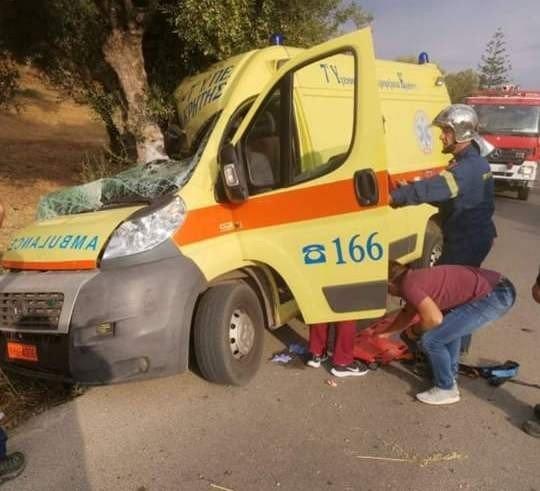 Κίσαμος: Τροχαίο με ασθενοφόρο που έγινε σμπαράλια