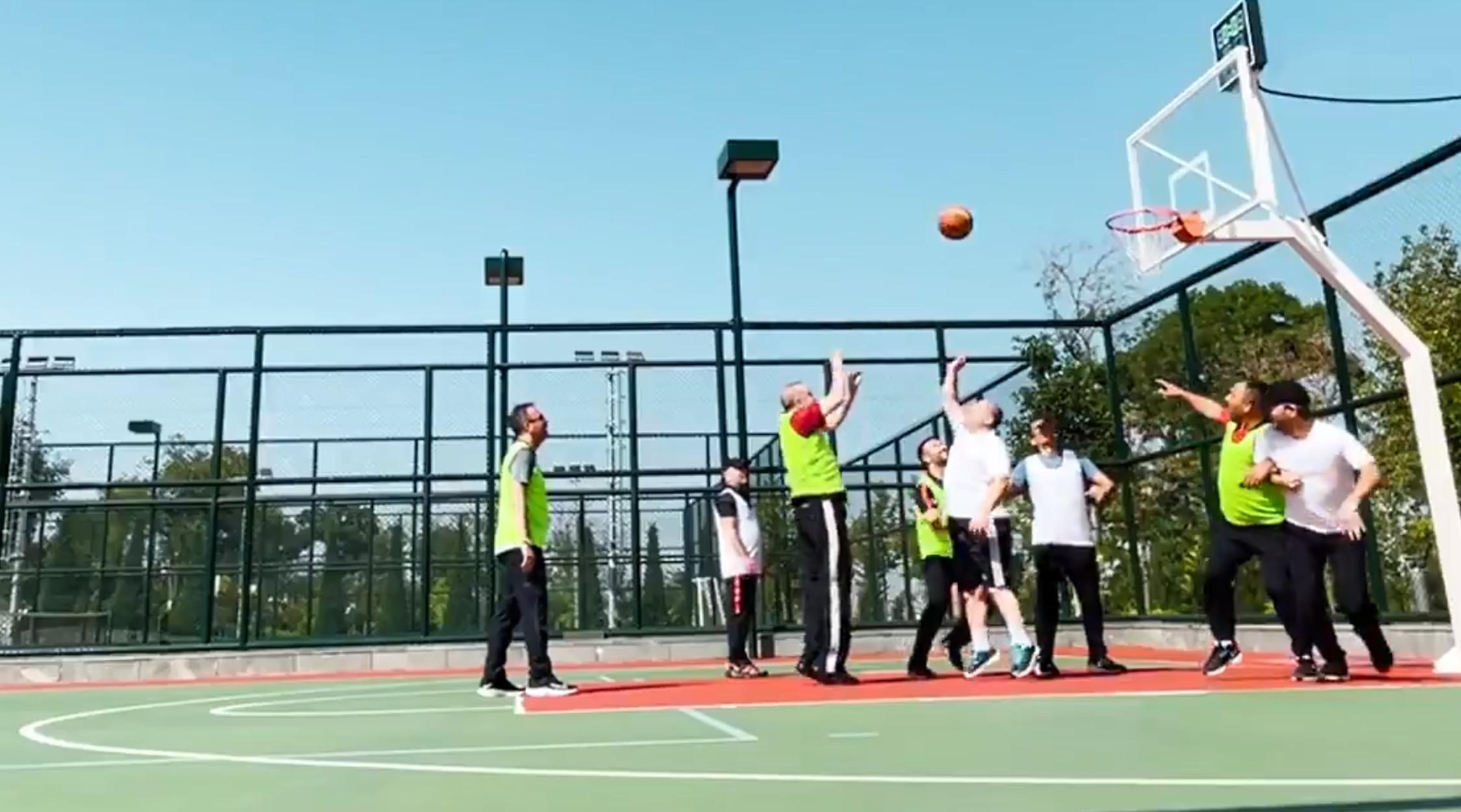 Ο Ερντογάν πασχίζει να πείσει ότι είναι καλά στην υγεία του παίζοντας μπάσκετ