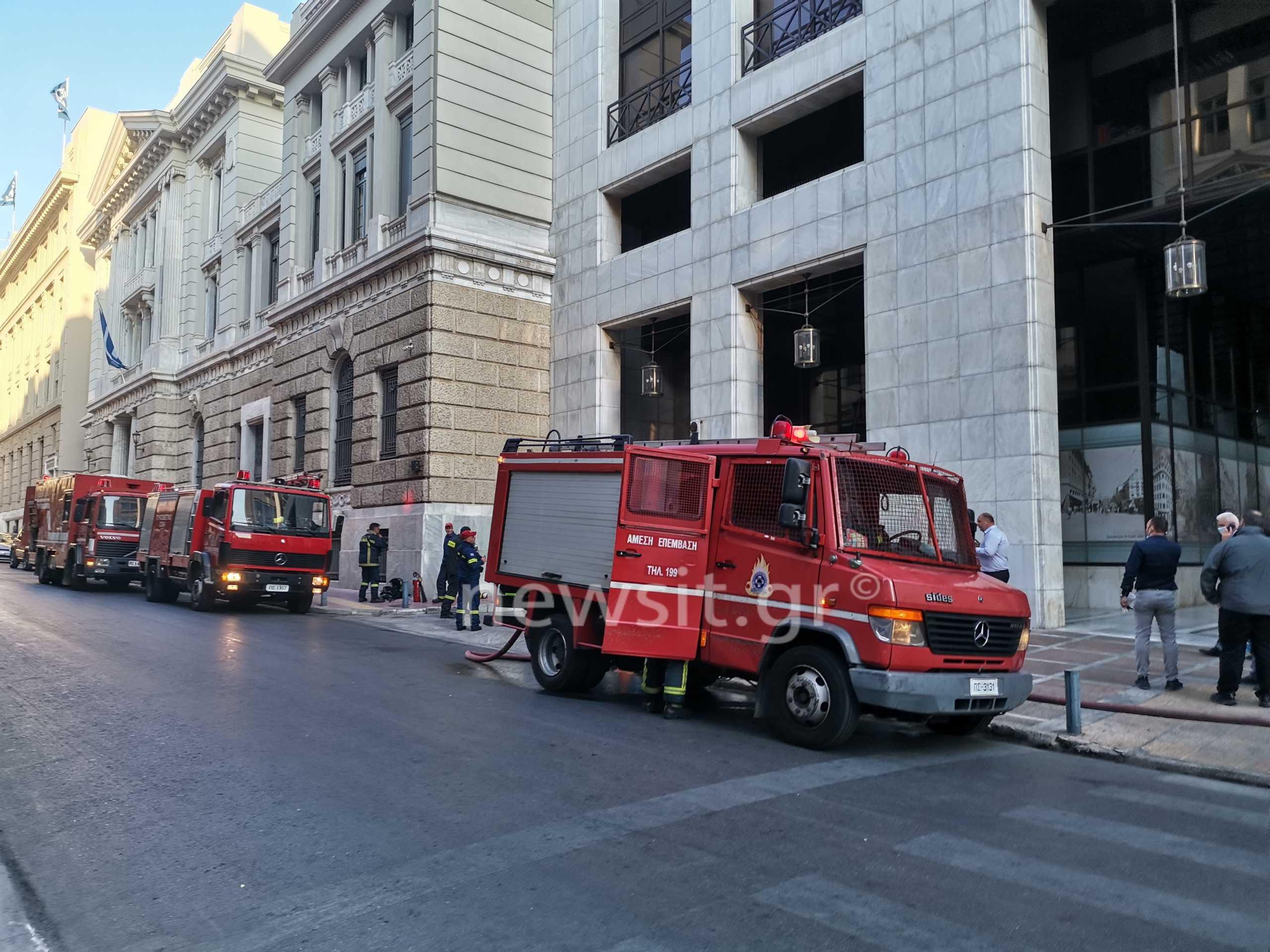 Φωτιά σε κτίριο τράπεζας στην οδό Σταδίου