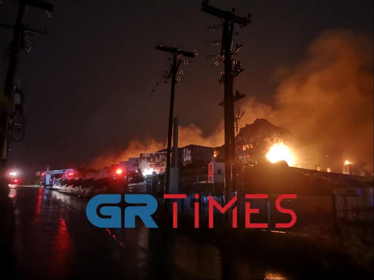 Μεγάλη φωτιά σε αποθήκη στη Θεσσαλονίκη