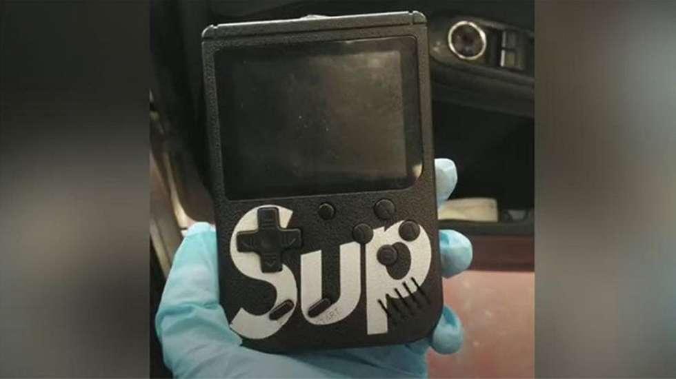 To Νintendo Game Boy έκρυβε συσκευή κλοπής πολυτελών αυτοκινήτων! (video)