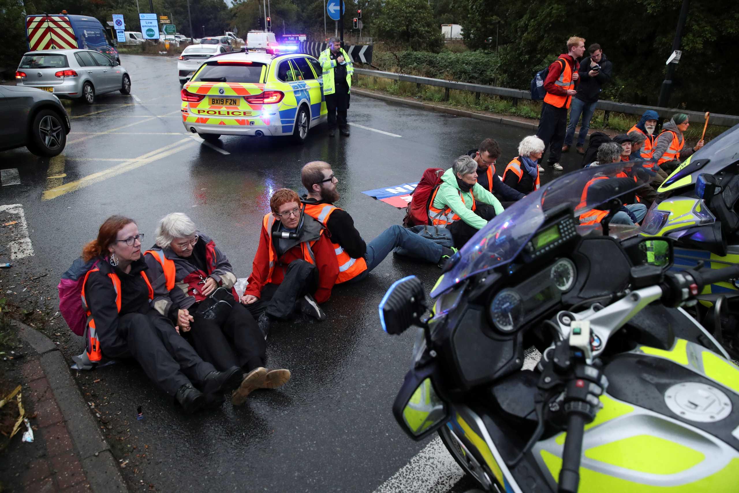 Βρετανία: 13 συλλήψεις ακτιβιστών που είχαν αποκλείσει δρόμο πρόσβασης στο αεροδρόμιο Χίθροου