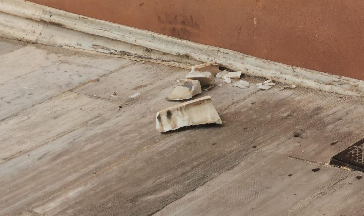 Καιρός – κακοκαιρία «Μπάλλος»: Χτύπησε και την Βουλή! Πλημμύρες και πτώση μαρμάρων