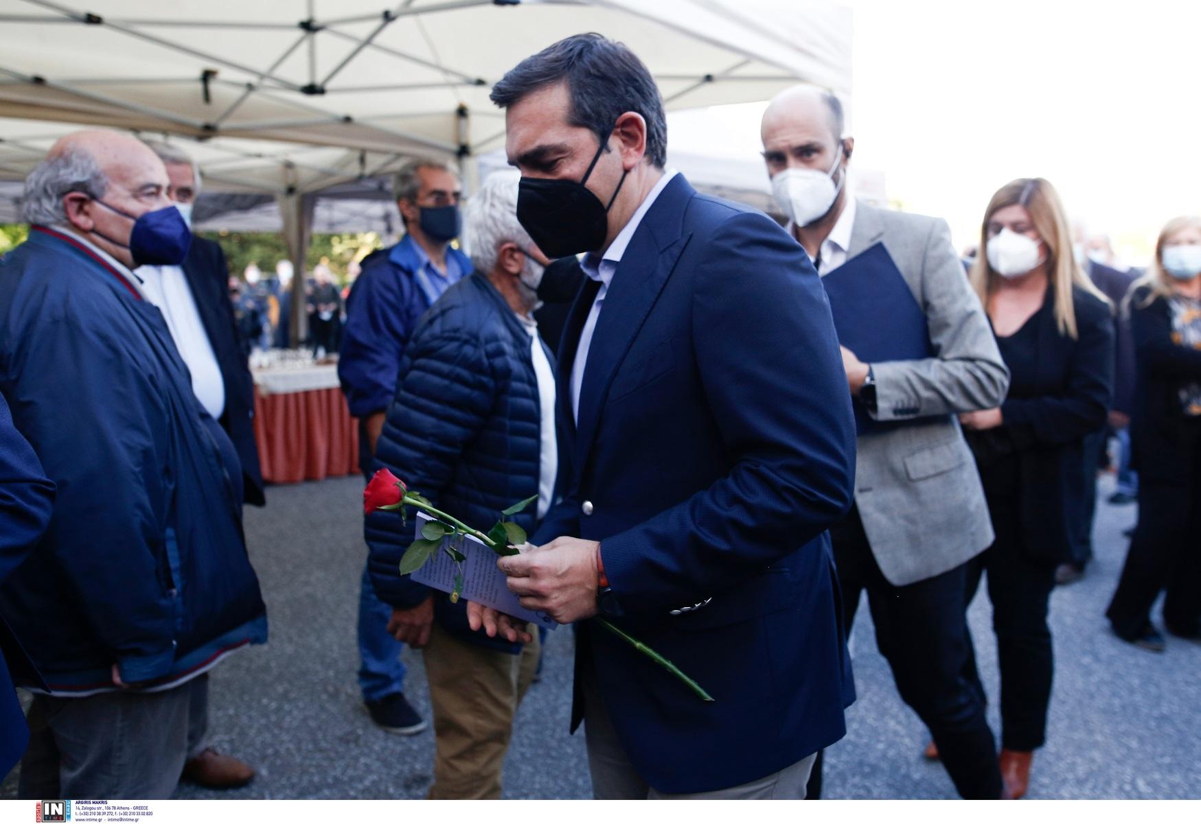 Τάσος Κουράκης: Έγινε η πολιτική κηδεία – Παρών ο Αλέξης Τσίπρας κρατώντας κόκκινο τριαντάφυλλο