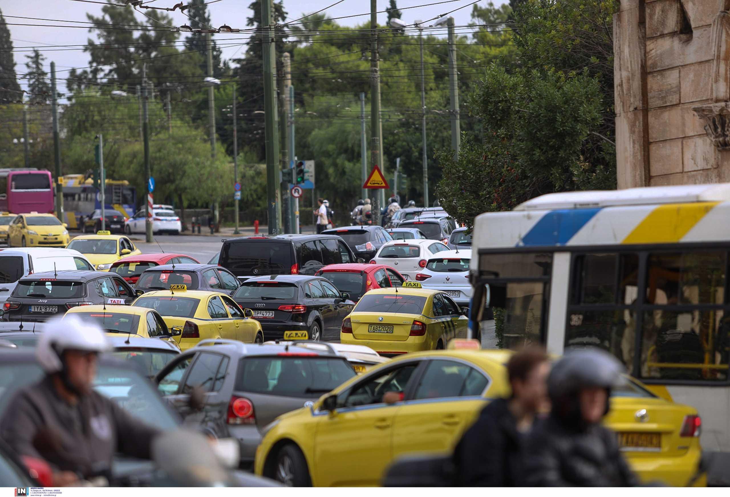 Κίνηση στους δρόμους: Ανυπόφορη η κατάσταση – Ειδικοί απαντούν γιατί έχει ενταθεί το κυκλοφοριακό