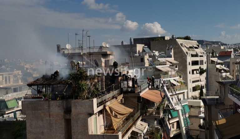 Κολωνός: Κάηκε απ' άκρη σ' άκρη το διαμέρισμα - Δείτε τη στιγμή που ο ένοικος πηδά στον από κάτω όροφο