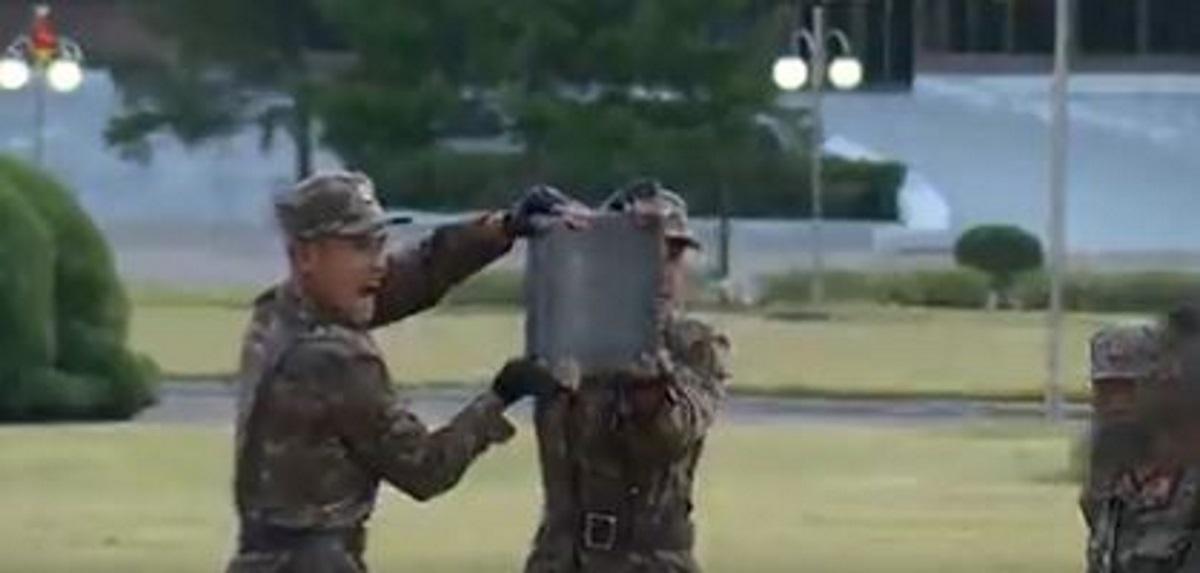 Βόρεια Κορέα: Στρατιώτες σπάνε τούβλα και αλυσίδες με τα χέρια και ο Κιμ Γιονγκ Ουν χειροκροτά