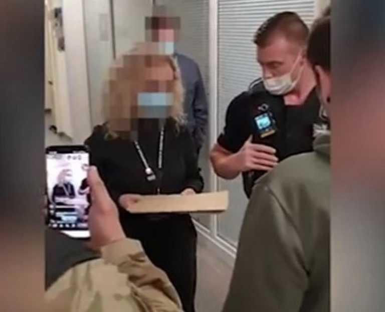 Κορονοϊός: Αντιεμβολιαστές «μπουκάρουν» σε νοσοκομείο και κατηγορούν τους γιατρούς για «απάτη»