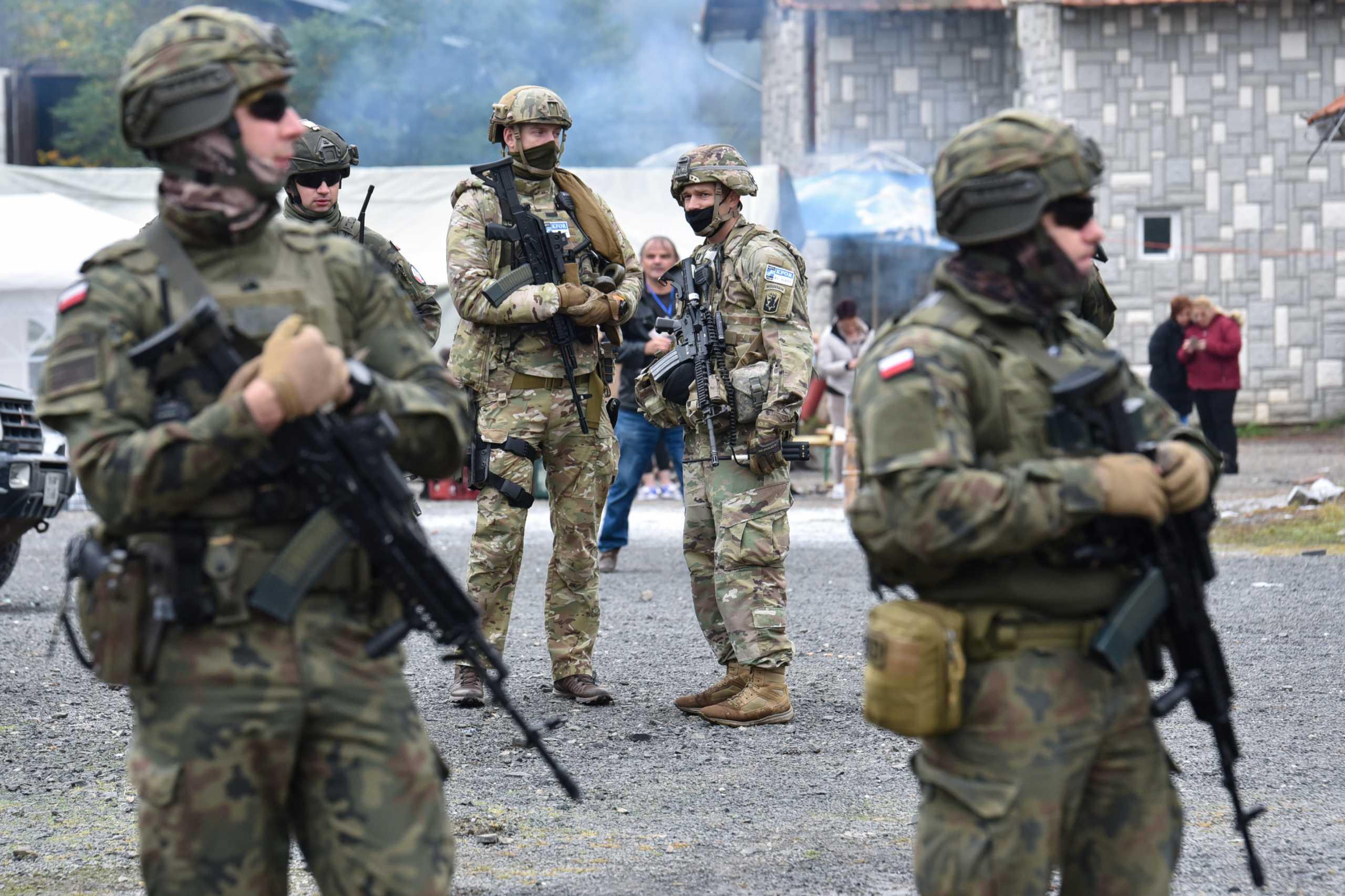 Κόσοβο: Στα σύνορα η KFOR, αποσύρουν τα οδοφράγματα οι Σέρβοι