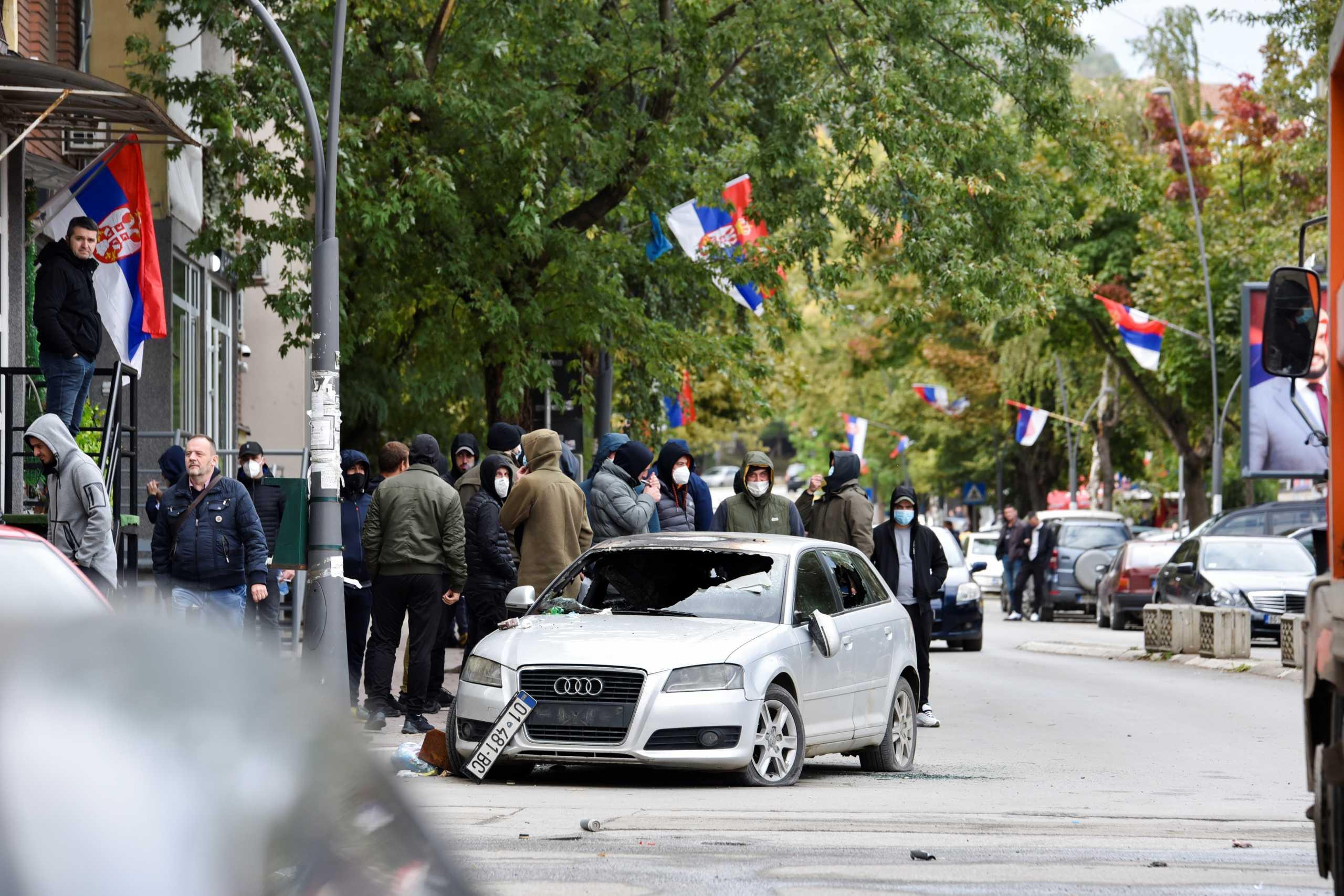Χάος στα σύνορα Σερβίας – Κοσόβου: Πυροβολισμοί, συγκρούσεις και τραυματίες στην Μιτρόβιτσα