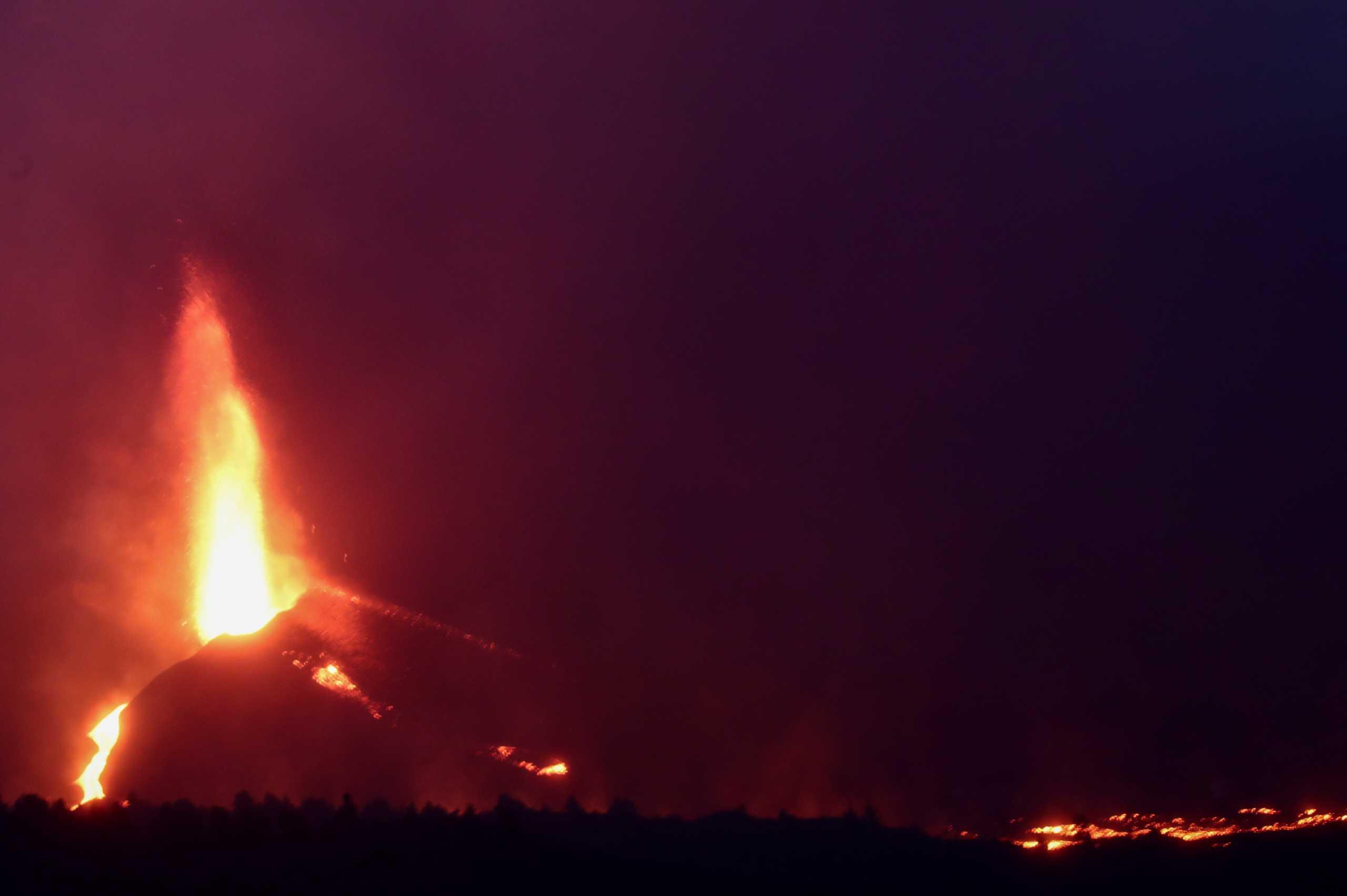 Έκρηξη ηφαιστείου στη Λα Πάλμα: Η λάβα κατατρώει εργοστάσιο τσιμέντου – Σε καραντίνα 3.000 κάτοικοι