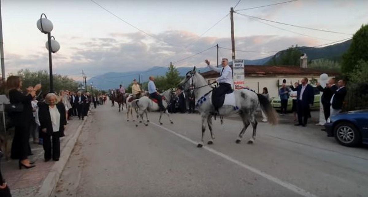 Γαμπρός στην εκκλησία καβάλα σε άλογο στον Γοργοπόταμο