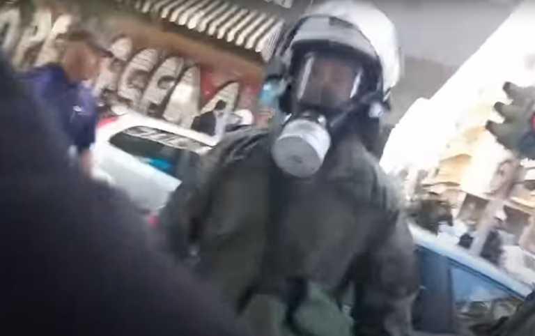 Εξάρχεια: Διοικητική έρευνα για τον άνδρα των ΜΑΤ που έσπασε τζαμαρία και φώναζε «είμαι τρελός»»