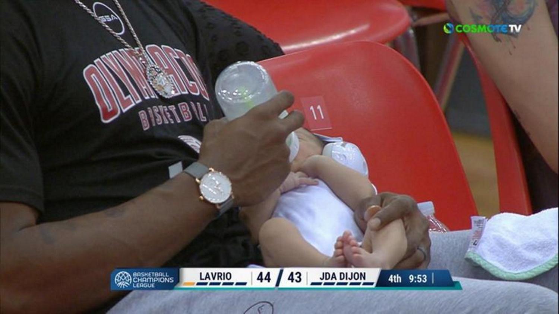 Σακίλ ΜακΚίσικ – Ολυμπιακός: Με το μπιμπερό στο γήπεδο τάιζε τον νεογέννητο γιο του