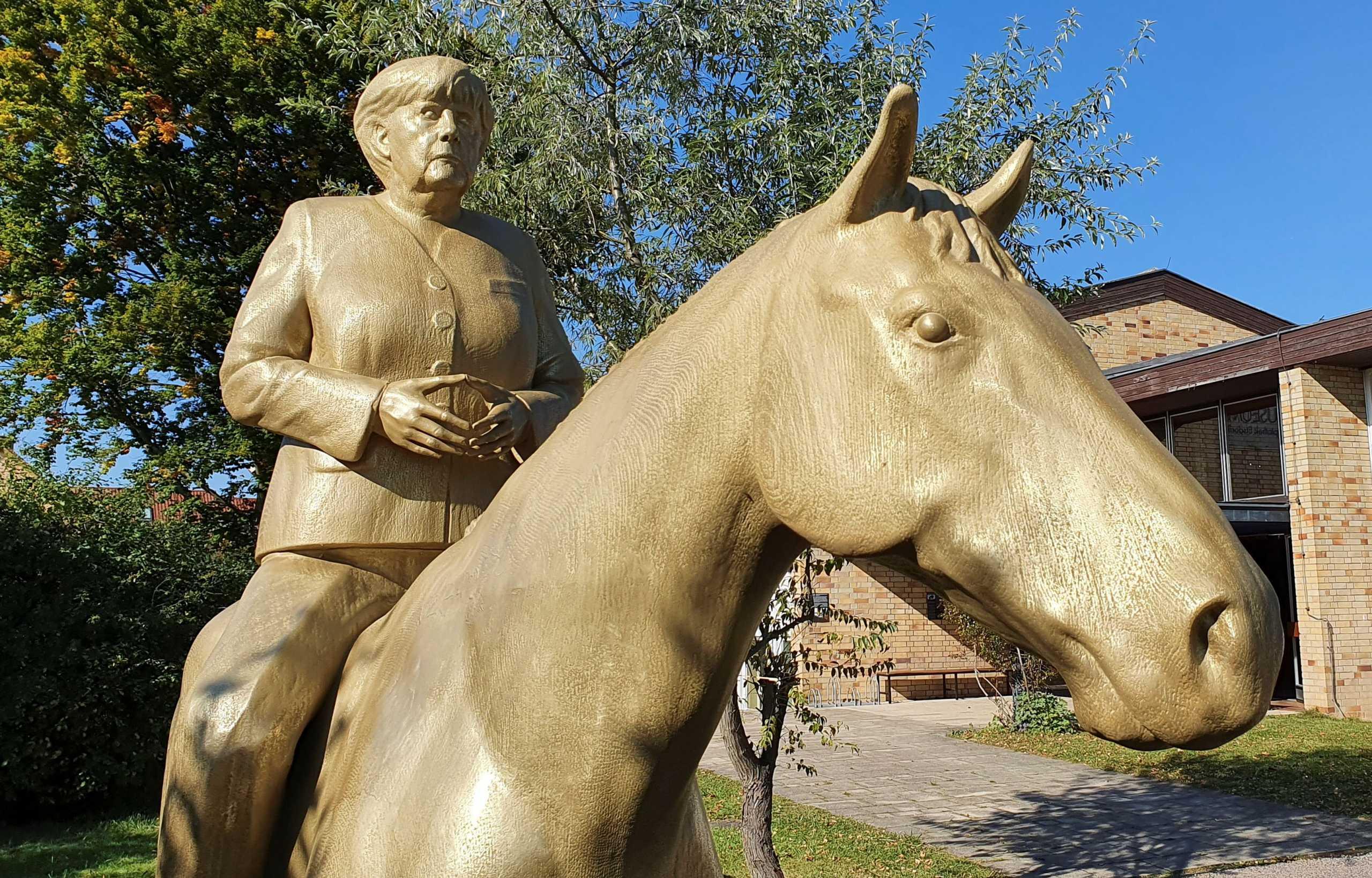 Άνγκελα Μέρκελ: Χαμός στη Γερμανία για το άγαλμα... καβάλα στ' άλογο