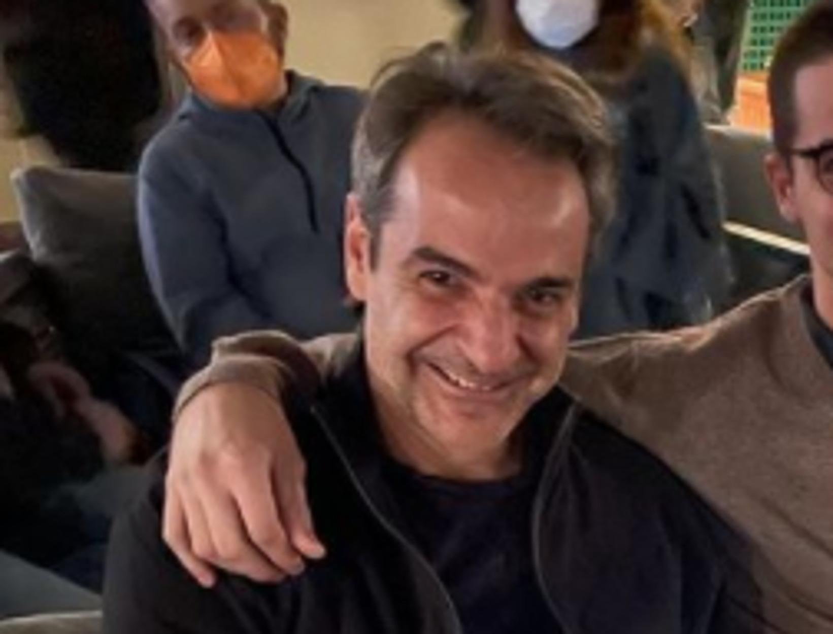 Ο Κυριάκος Μητσοτάκης στο σινεμά για τη νέα ταινία James Bond – Η φωτογραφία με τον Κωνσταντίνο