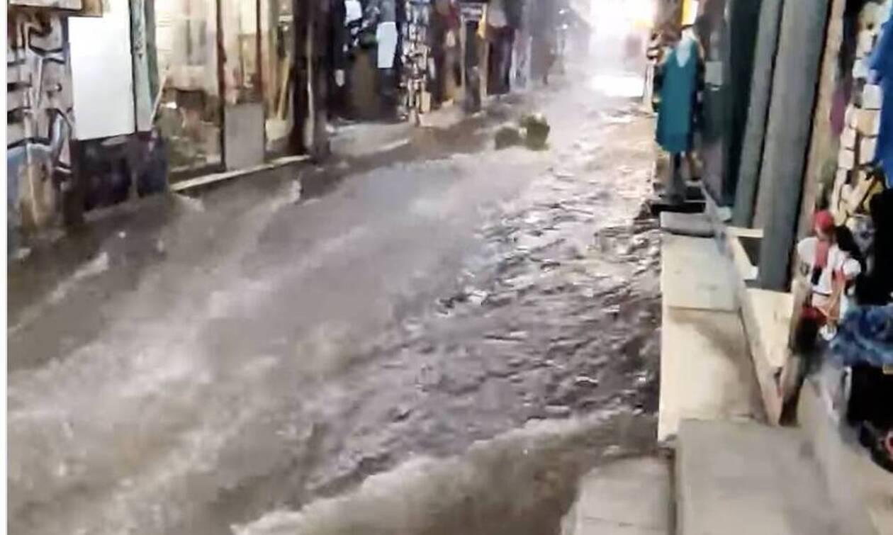 Καιρός: Χείμαρρος η οδός Ηφαίστου στο Μοναστηράκι