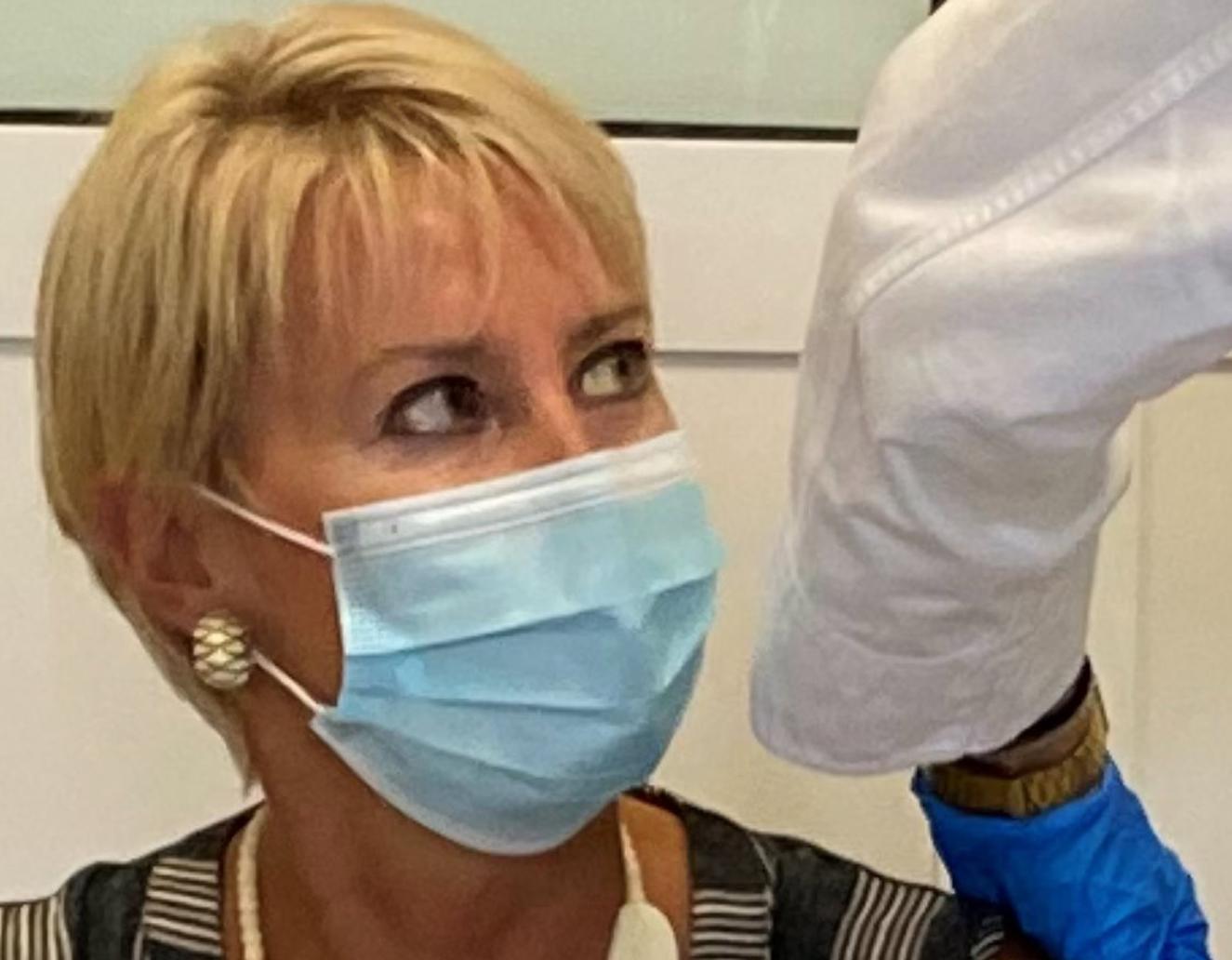 Η Νατάσα Παζαΐτη – Καραμανλή έκανε την τρίτη δόση του εμβολίου: «Σπάμε την αλυσίδα»