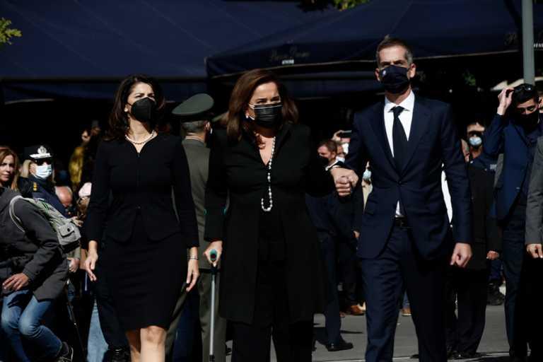 Συγκλόνισε η Ντόρα Μπακογιάννη, με πατερίτσα και υποβασταζόμενη στην κηδεία της Φώφης Γεννηματά