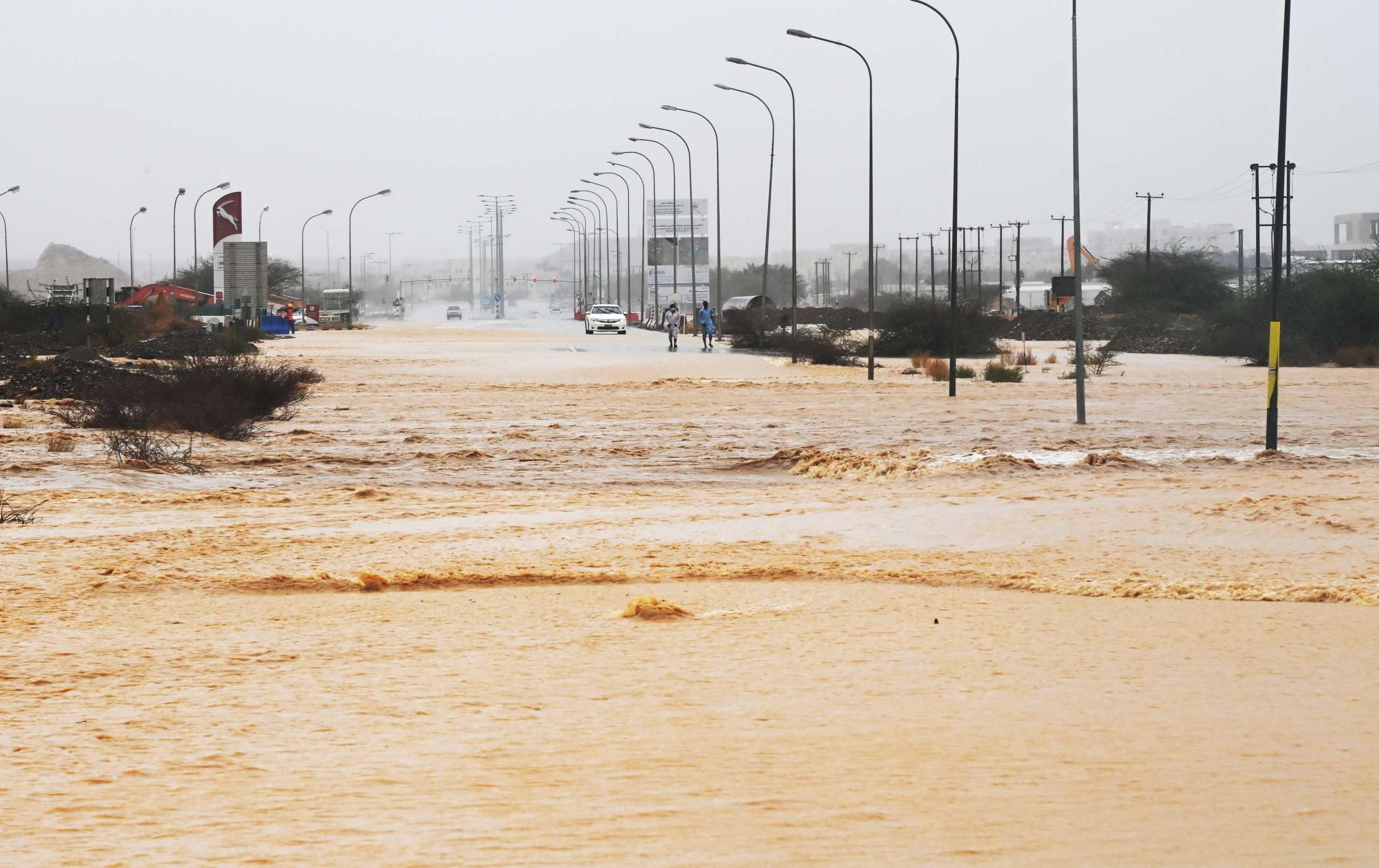 Το Ομάν «πνίγεται» από τον τυφώνα Σαχίν – Τρεις νεκροί και εικόνες αποκάλυψης