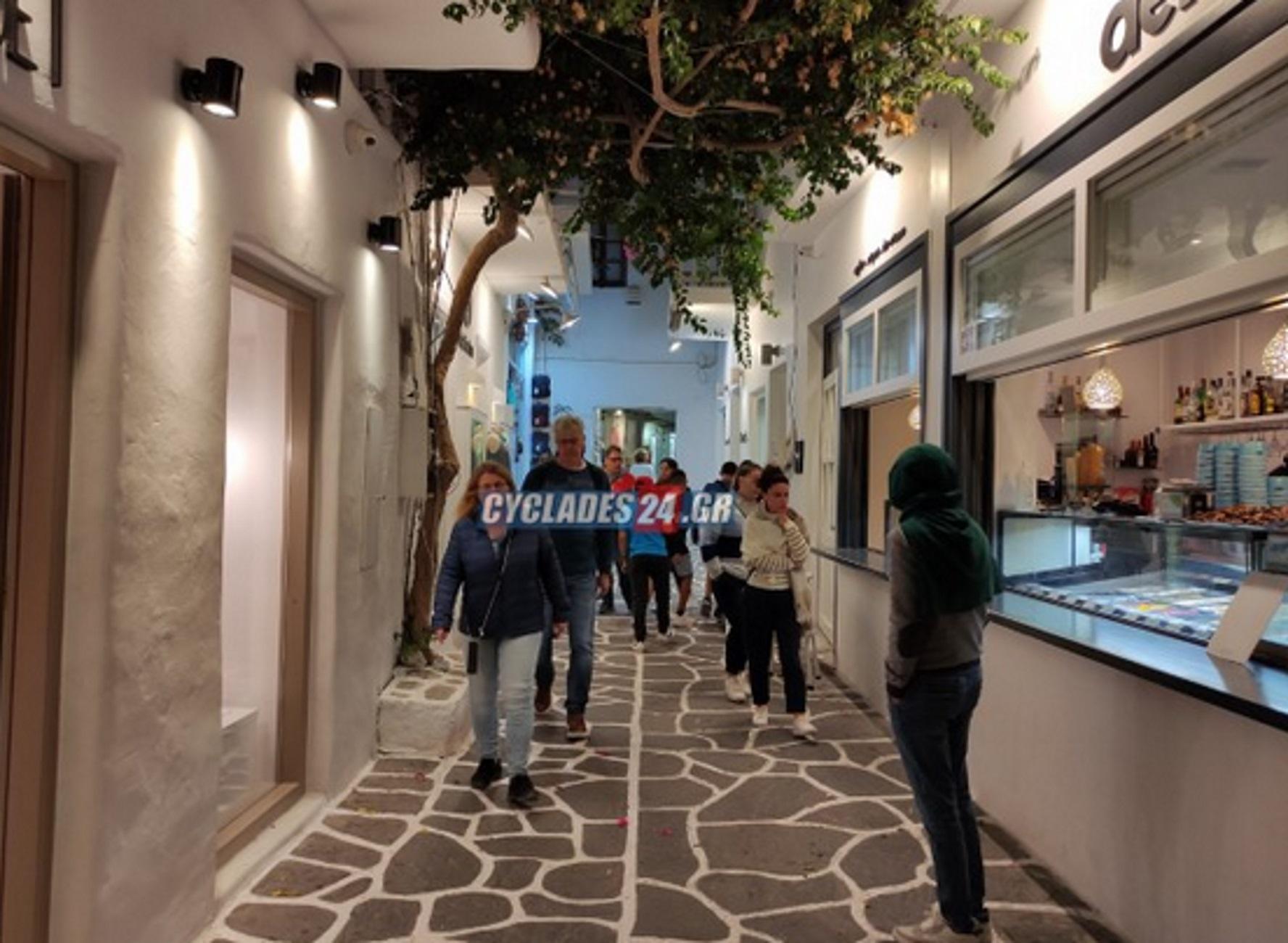 Πάρος: Η Νάουσα παραμένει σε ρυθμούς καλοκαιριού – Γεμάτα τα σοκάκια και τα καταστήματα
