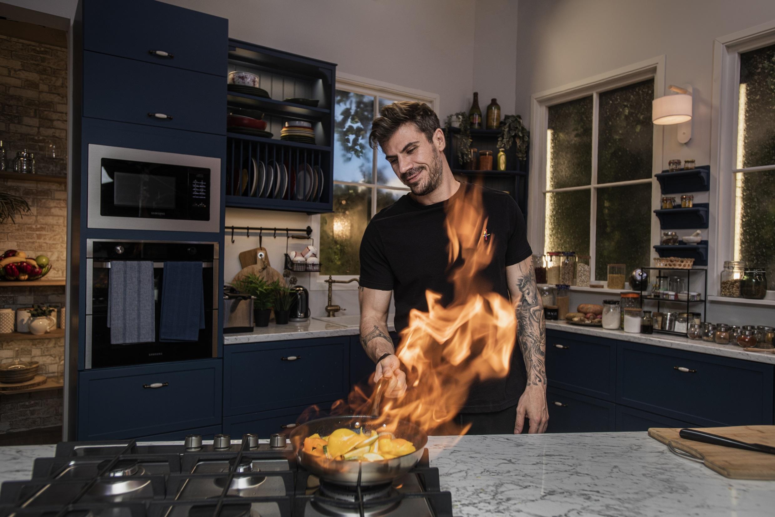 Ο Άκης Πετρετζίκης ανοίγει το «Kitchen Lab»