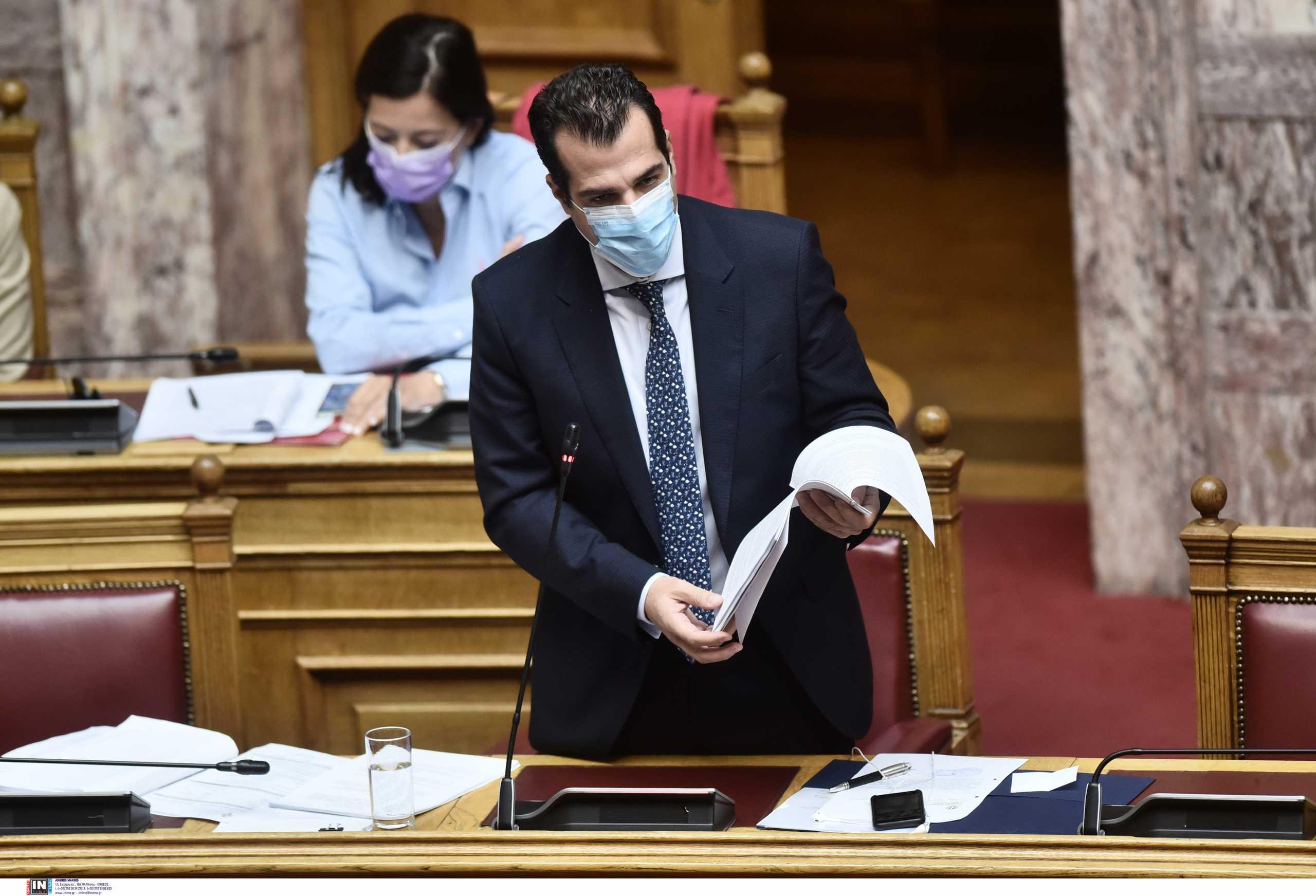 Θάνος Πλεύρης – Παύλος Πολάκης: Κόντρα στη Βουλή για τα μονοκλωνικά αντισώματα