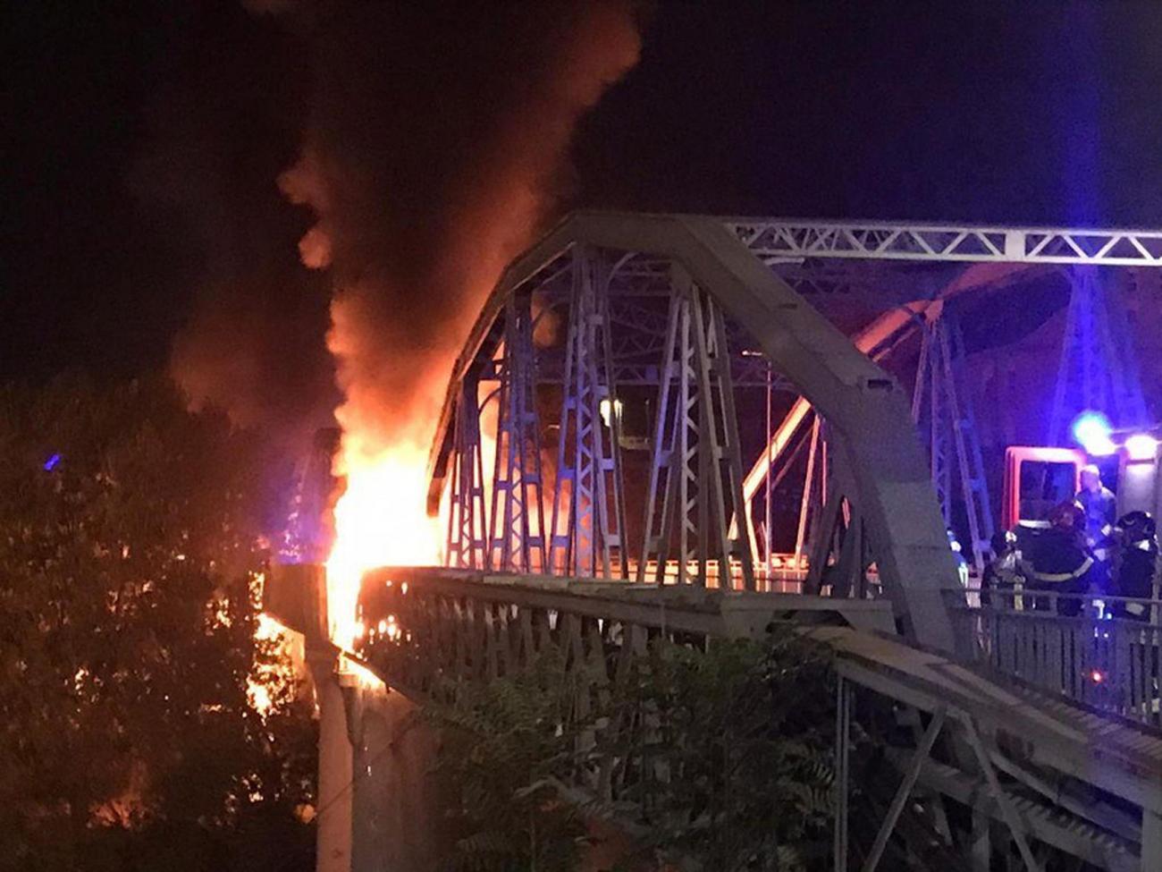 Ιταλία: Κατέρρευσε λόγω φωτιάς ιστορική μεταλλική γέφυρα στη Ρώμη – Απίστευτες εικόνες