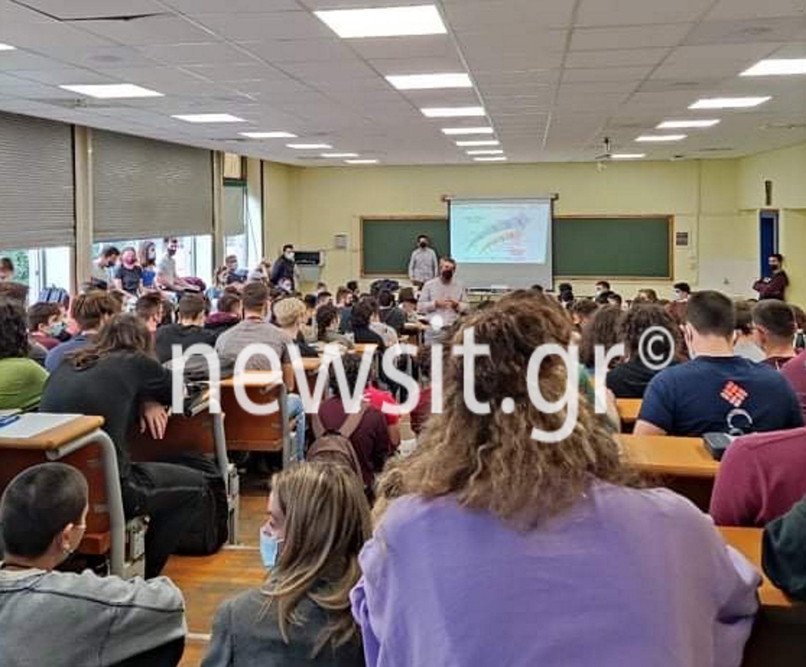 Θεσσαλονίκη: Νέες απίστευτες εικόνες συνωστισμού στο ΑΠΘ – Φοιτητές κάθονται μέχρι στα παράθυρα