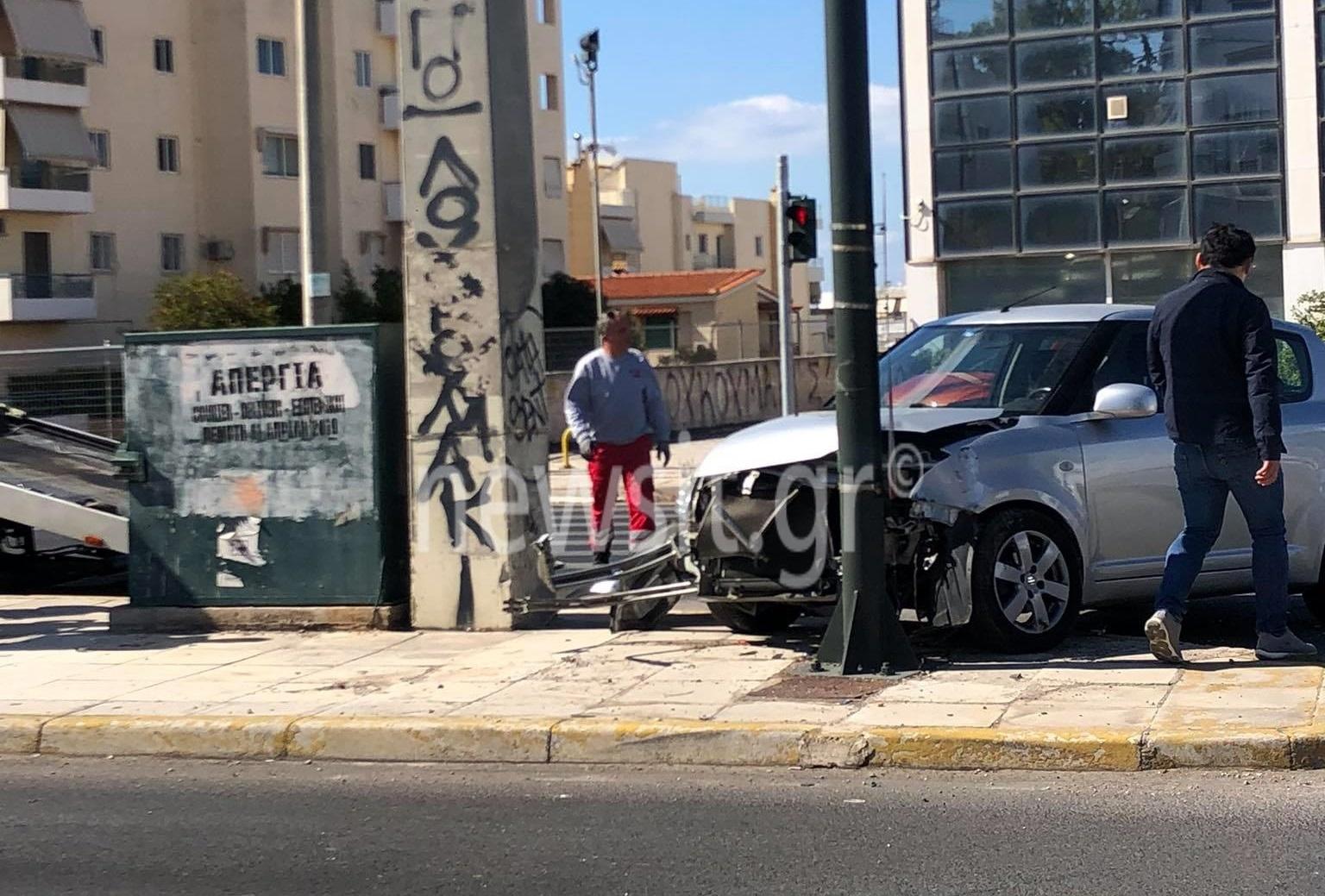 Αυτοκίνητο καρφώθηκε σε κολόνα στη λεωφόρο Βουλιαγμένης