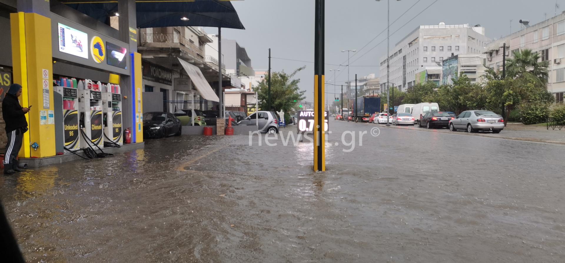 Καιρός: Δρόμοι «ποτάμια», διακοπή ρεύματος, απεγκλωβισμοί και πλημμυρισμένα σπίτια και υπόγεια
